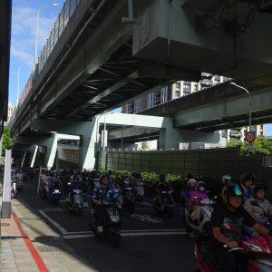 台北大橋のバイクの滝