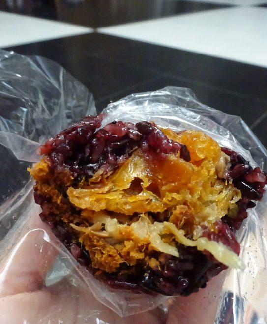 台北駅構内で食べる劉媽媽飯糰のおにぎり