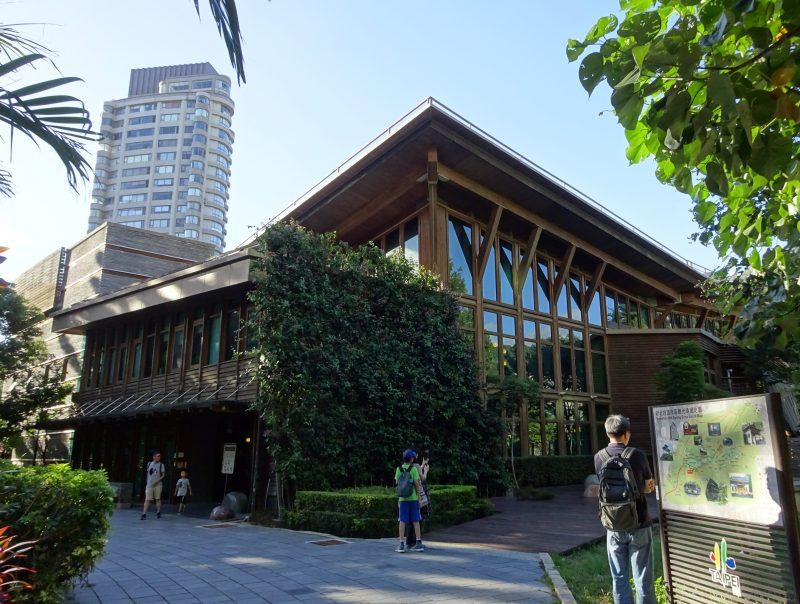 台北市立図書館北投分館の正面玄関