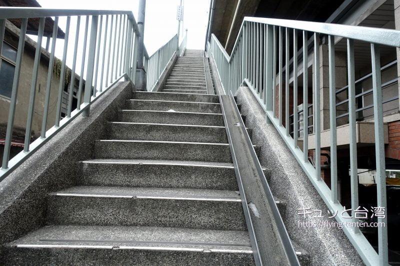 台北大橋に登る階段