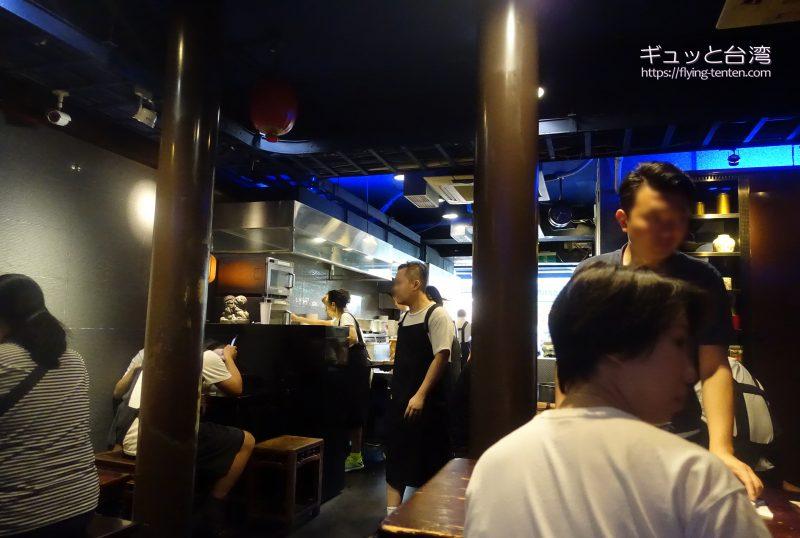 富覇王猪脚の店内