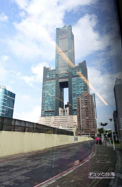 高雄輕軌ライトレールから見た高雄85大樓